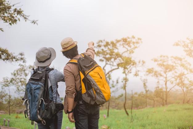Aventura asiática, viajes, turismo, caminata y concepto de personas. Foto Premium