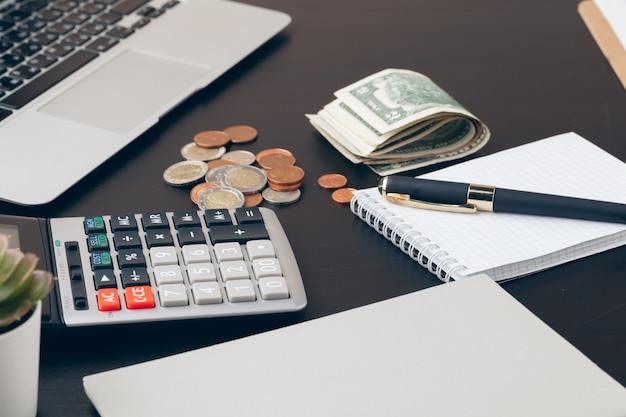 Avings, finanzas, economía y concepto de hogar: cerca de la calculadora contando dinero y tomando notas en casa Foto Premium