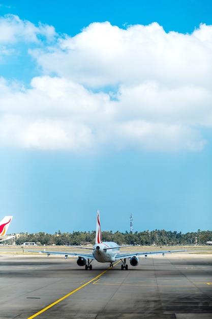 Avión en el aeropuerto preparándose para volar Foto Premium