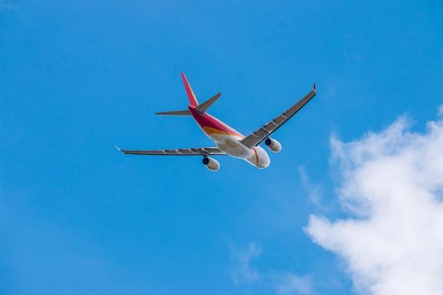 Avión despega del aeropuerto internacional en la nube de cielo azul Foto Premium