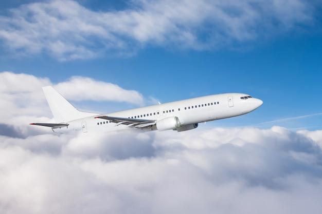 El avión gana altitud volando a través de una densa capa de nubes, vuelo de viaje. Foto Premium