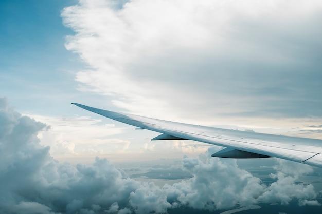 Avión y gran nube Foto gratis