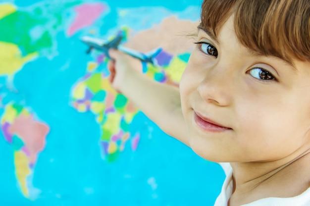 El avión está en manos del niño. enfoque selectivo Foto Premium