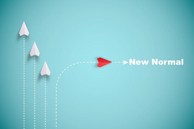 Avión de papel rojo fuera de línea con papel blanco para cambiar la interrupción y encontrar una nueva forma normal sobre fondo azul. levante y creatividad empresarial nueva idea para descubrir la tecnología de innovación. Foto Premium