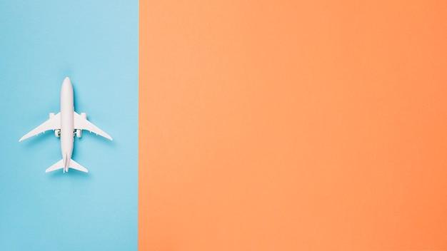 Avión sobre fondo de color diferente Foto gratis