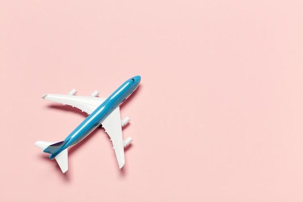 Avión sobre fondo de color Foto Premium