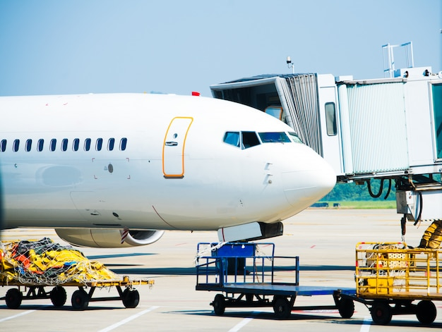 Aviones jet atracados en el aeropuerto internacional de dubai Foto Premium