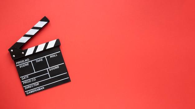 Badajo de película sobre fondo rojo con espacio de copia Foto gratis