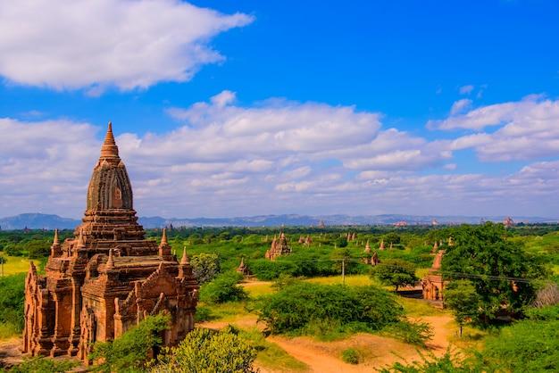 Bagan, templos de myanmar en el parque arqueológico. Foto Premium