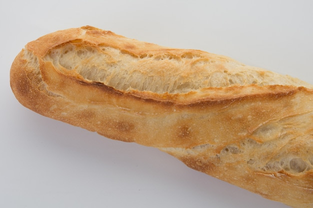 La baguette francesa aislado sobre un fondo blanco. Foto Premium