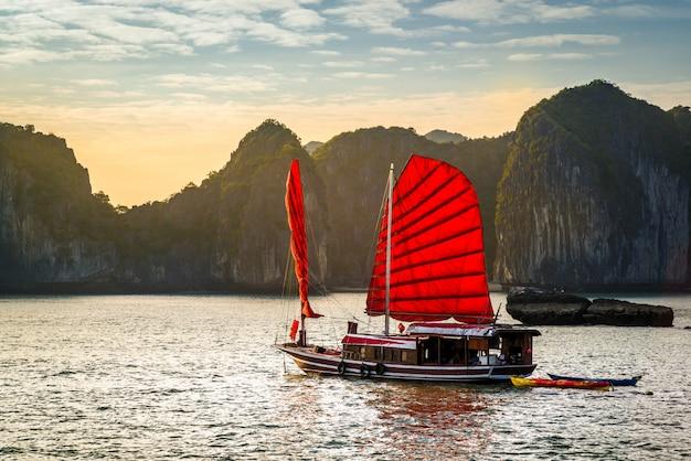 Bahía de halong, vietnam Foto Premium