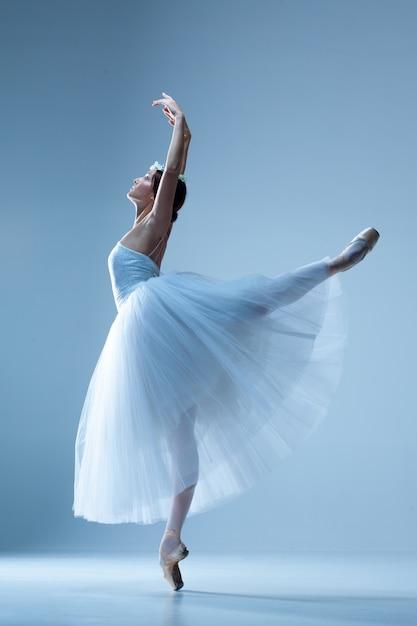 Bailarina clásica bailando en azul Foto gratis