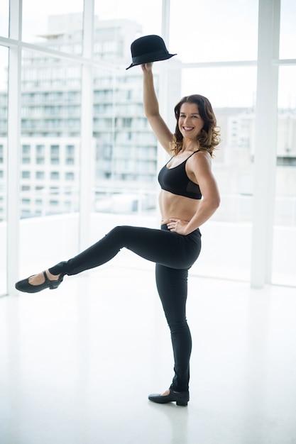 Bailarina practicando danza contemporánea con bombín Foto gratis