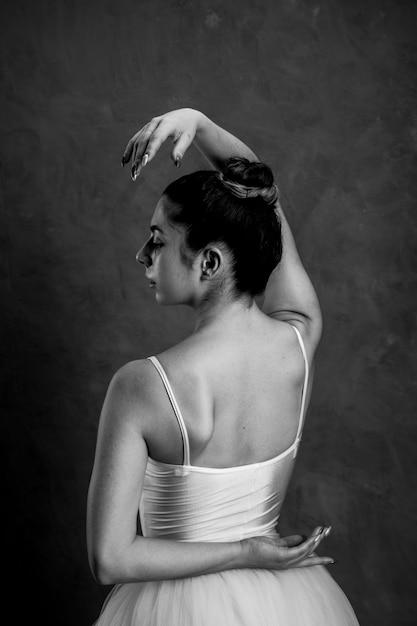 Bailarina sosteniendo la mano detrás de su espalda Foto gratis