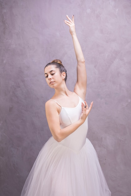 Bailarina de tiro medio mirando a otro lado. Foto gratis