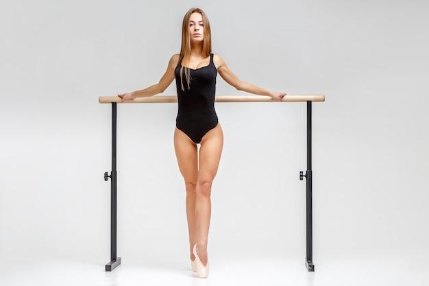 Bailarina en traje negro Foto Premium