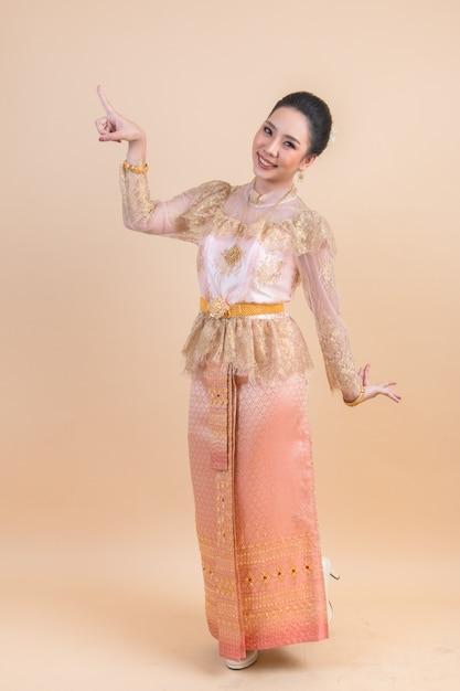 Baile tradicional mujer asiática Foto gratis