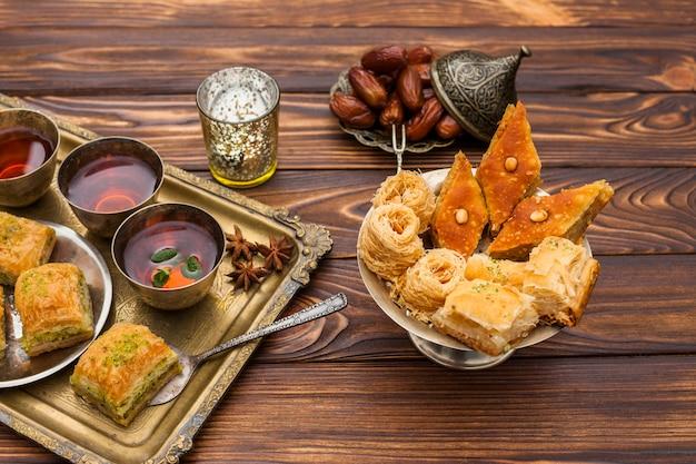 Baklava con tazas de té en la mesa Foto gratis