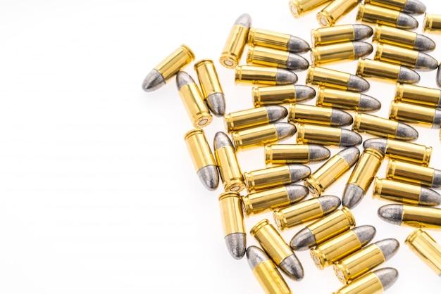 Bala de 9 mm para el arma en el fondo blanco Foto gratis