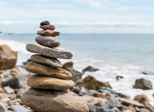 Balansed piedras apiladas en la playa Foto Premium