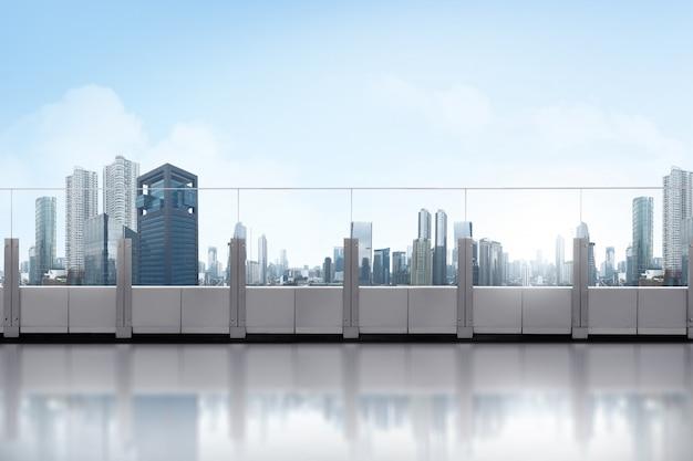 Balcón en la azotea con rascacielos. Foto Premium