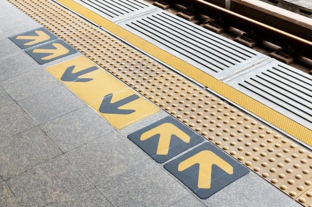 Baldosas ciegas en la plataforma de la estación de tren Foto Premium