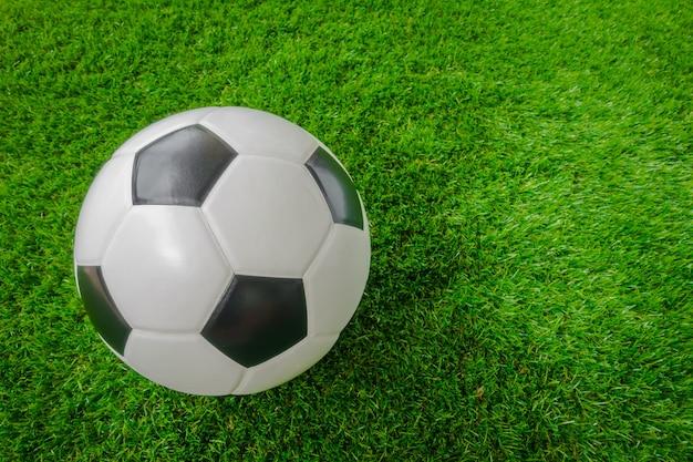 Balones De Fútbol Deportes Fondos De Pantalla Gratis: Balón De Fútbol Sobre La Hierba Verde.
