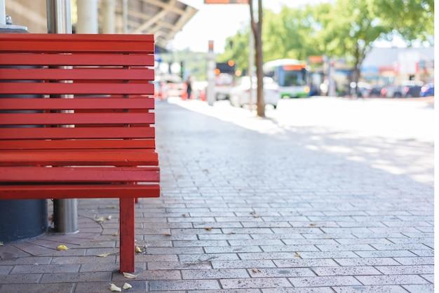 Banco de madera rojo al aire libre descargar fotos gratis for Banco de paletas al aire libre