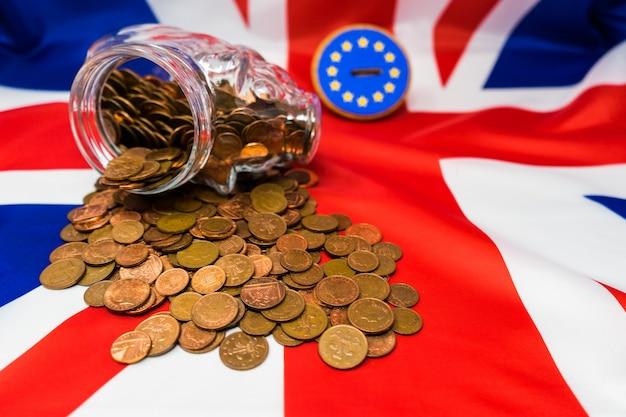 Banco de monedas guarro en el lado Foto Premium