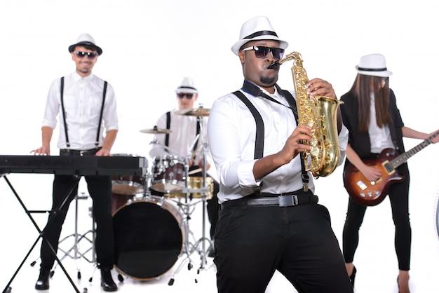 Banda de músicos de pie y tocar Foto Premium