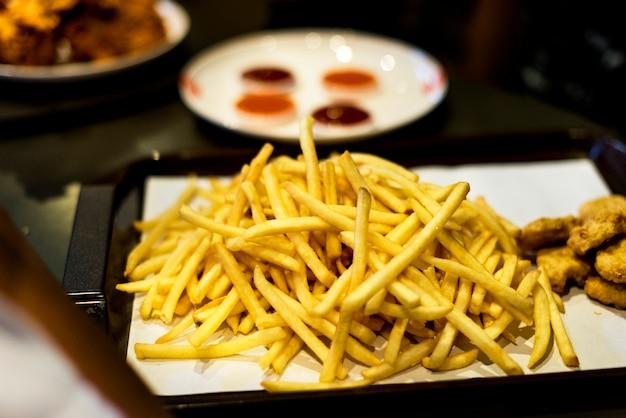 Bandeja de comida chatarra comida rápida nuggets de pollo y papas fritas Foto gratis
