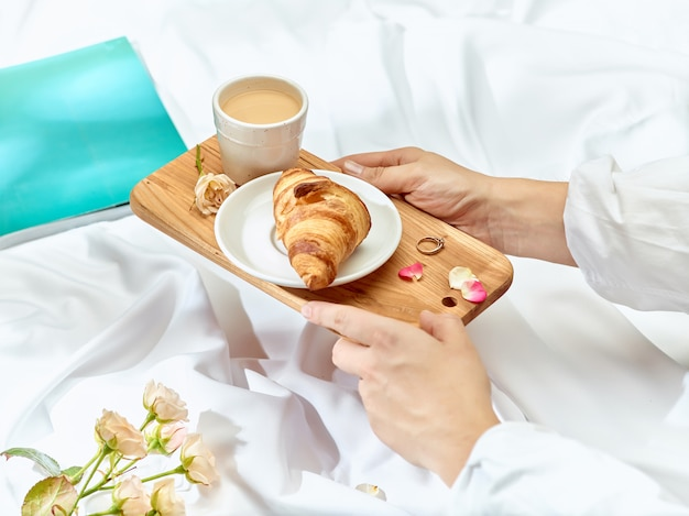 Bandeja de madera con desayuno. Foto gratis