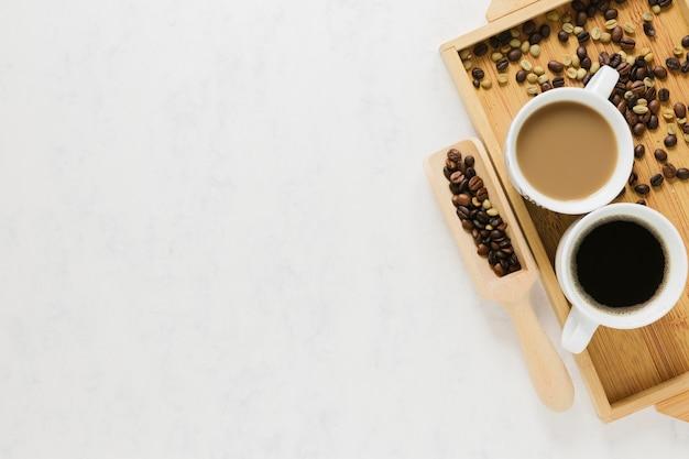 Bandeja de madera con tazas de café. Foto gratis