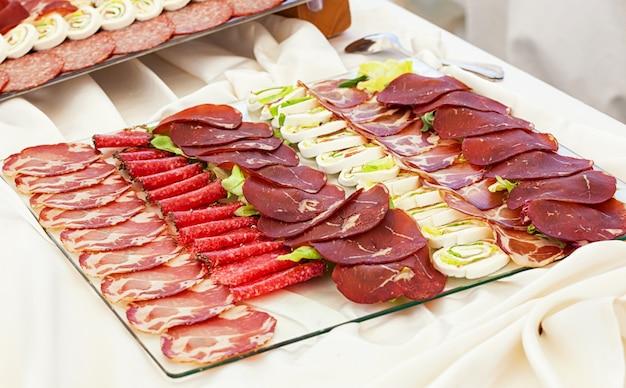 Bandejas con salami mixto y mozzarella. Foto Premium