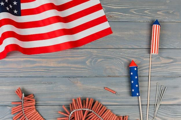 Bandera americana y fuegos artificiales de vacaciones sobre fondo de madera Foto gratis