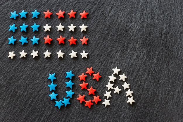 Bandera americana y palabra usa concepto 4 de julio día de la independencia. fondo de pizarra. copia espacio Foto Premium