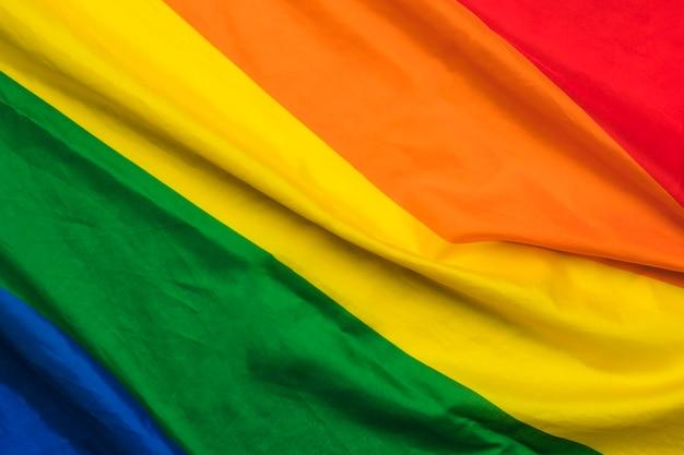 Bandera arcoiris con volantes de la comunidad lgbt Foto gratis