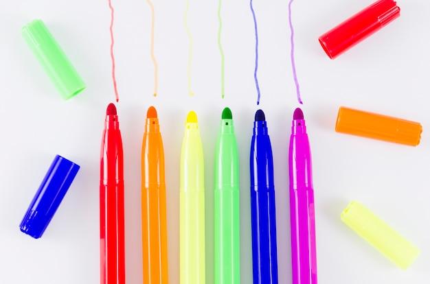 Bandera del día del orgullo lgbt con rotuladores de colores Foto gratis