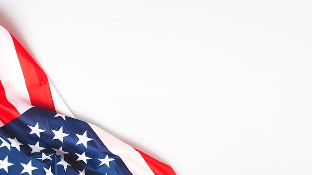 Bandera de estados unidos arrugado sobre fondo blanco Foto Premium