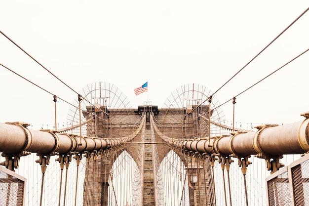 Bandera estadounidense en el puente de brooklyn en nueva york Foto gratis