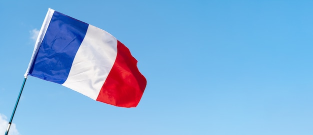 Bandera de francia ondeando en el viento en el cielo Foto Premium