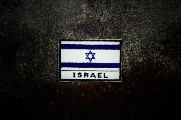 Bandera de israel en piso de metal abandonado oxidado en la oscuridad. Foto Premium