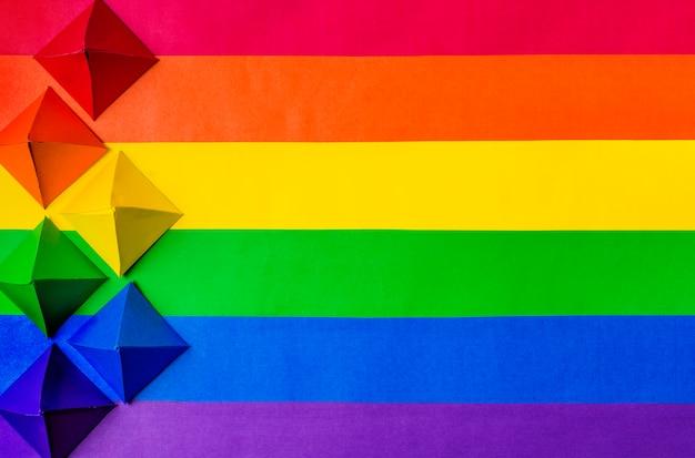Bandera lgbt y papel origami. Foto gratis