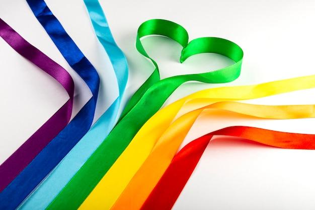 Bandera lgbt, símbolo del arco iris de las minorías sexuales en forma de cintas de raso. Foto Premium