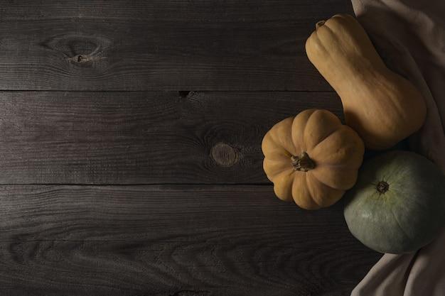 Banner de borde inferior otoñal de calabazas, calabazas y decoración otoñal en una madera rústica Foto Premium