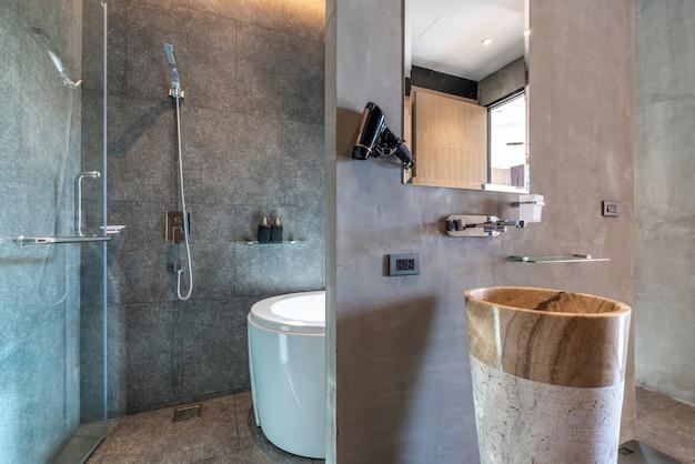 Baño de diseño interior con bañera y lavabo con espacio luminoso. Foto Premium