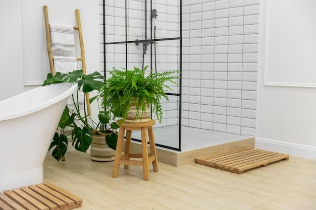 Baño de diseño de interiores con bañera y ducha Foto gratis
