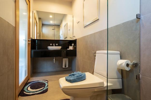 Baño con inodoro y ducha. Foto Premium