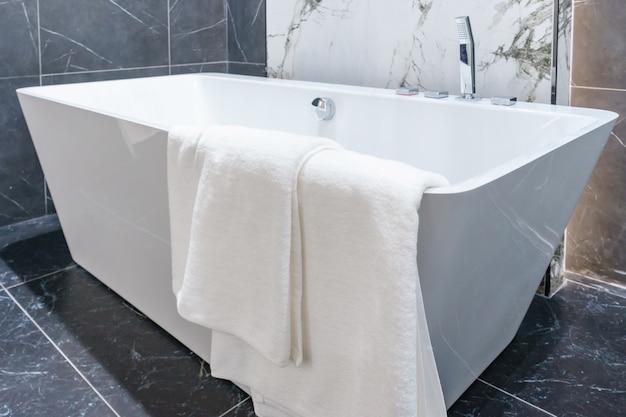 Banera Tipo Jacuzzi.Bano Interior Con Ducha Minimalista Inodoro Blanco Lavabo
