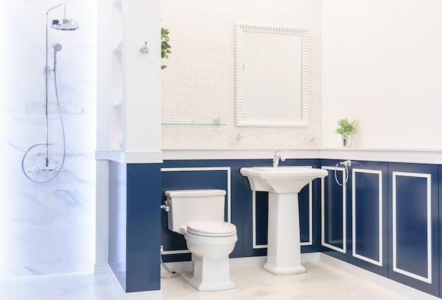Baño interior con paredes blancas Foto Premium